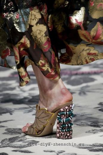 Босоножки с богатым декором от Gucci