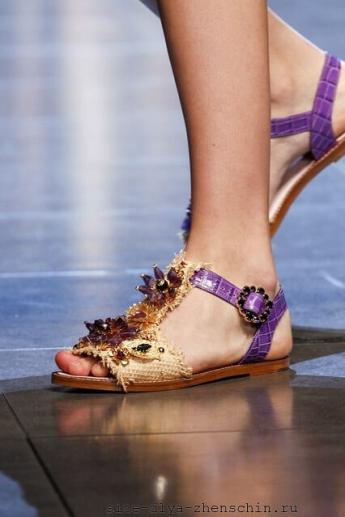 Богато декорироанные босоножки на плоской подошве от бренда Dolce and Gabbana
