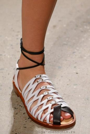 Модные босоножки со шнурками от бренда Thakoon