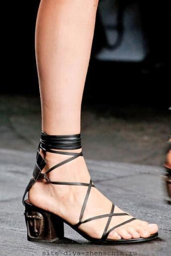 Босоножки со шнурками из коллекции весна-лето 2016 от Valentino (фото)