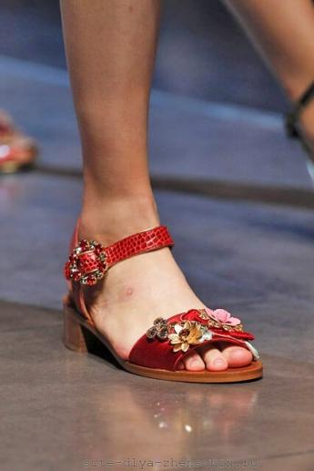 Красные босоножки 2016 от Dolce and Gabbana