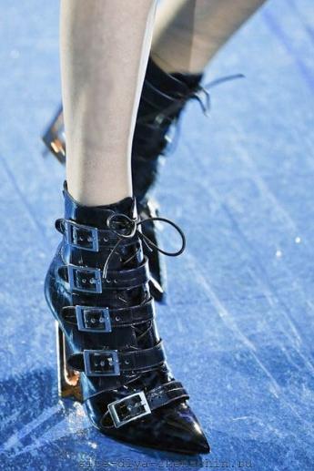 Модные сапожки с ремешками от Mary Katrantzou