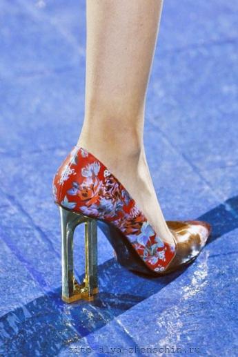 Туфли с оригинальным каблуком от Mary Katrantzou