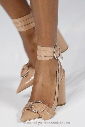 Модные туфли с острым мыском от Christian Dior