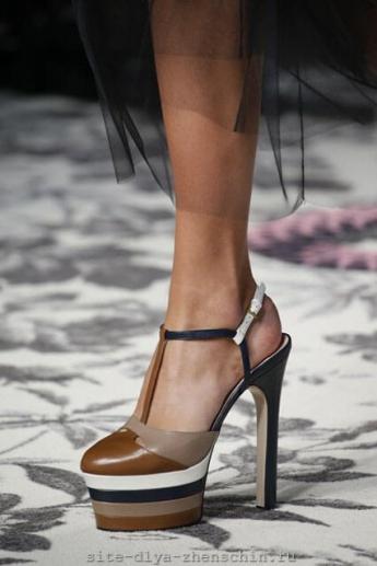 Модные туфли с полоской от Gucci