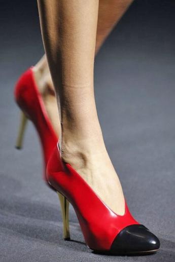 Красные туфли от Lanvin с мыском темного цвета (фото)