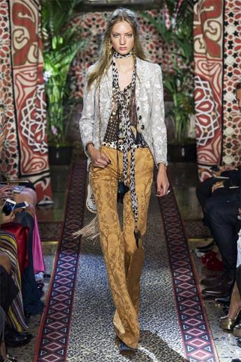 Модные женские брюки-клеши (фото)