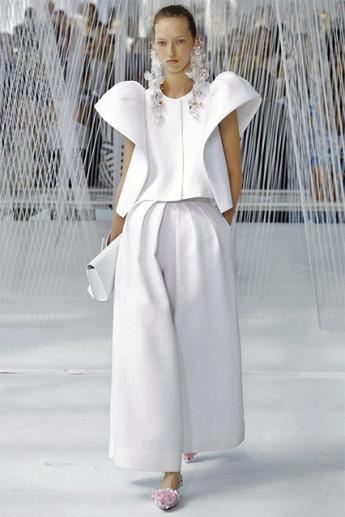 Объемные брюки белого цвета