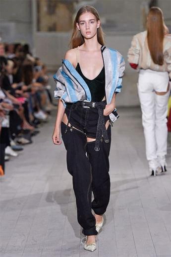 Модные прямые джинсы с вырезами