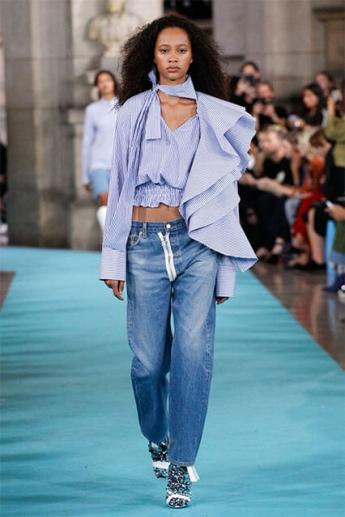 Прямые голубые джинсы