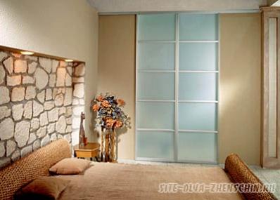 Встроенный шкаф в цвет стен