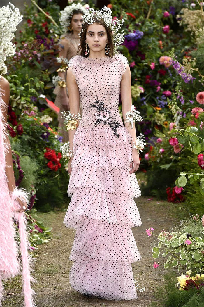 Розовое платье с горошчатым принтом