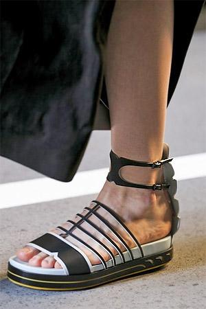 Босоножки от Fendi на низком каблуке (фото)