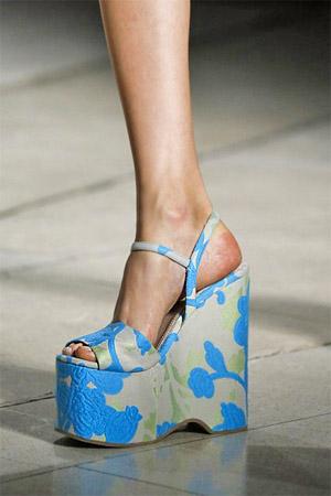 Красивые голубые босоножки на платформе (фото)