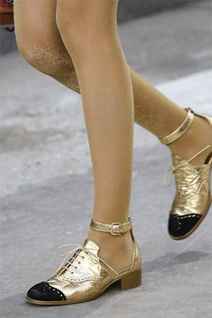 Небольшой квадратный каблук туфель от Chanel (фото)