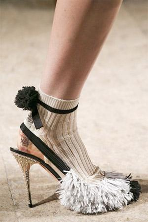Оригинальные туфли с отделкой бахромой (фото)