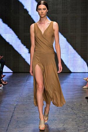 модный коричневый сарафан от Donna Karan (фото)
