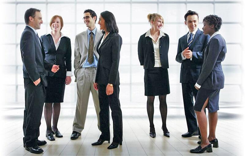 Разговор группы людей позволяет увидеть разные позы и жесты